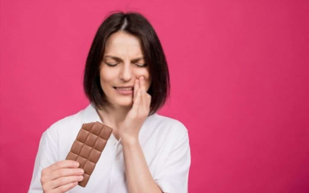 why does my teeth hurt when i eat chocolate